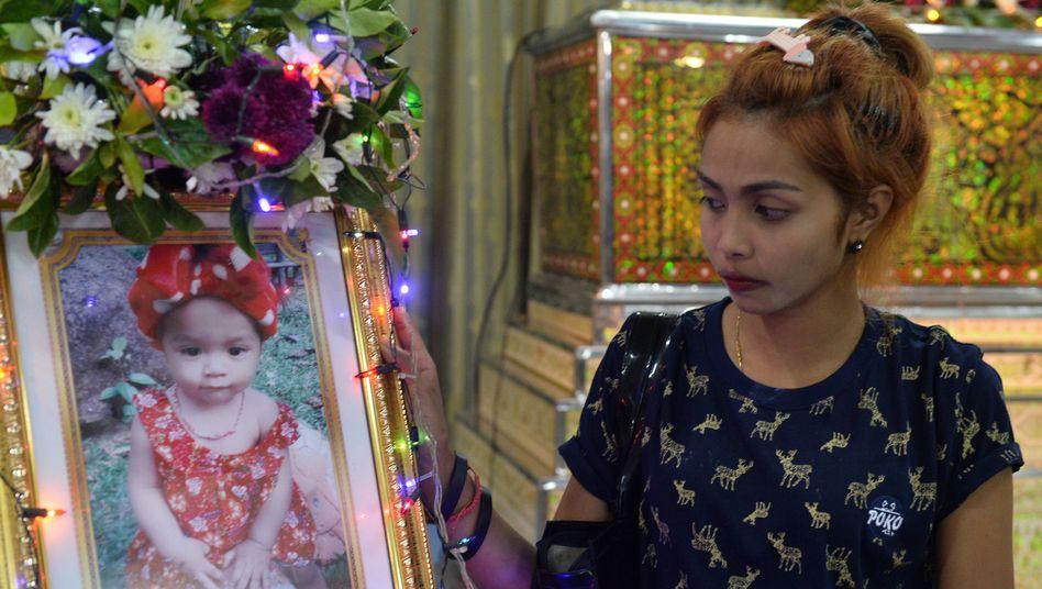 Die Mutter des elf Monate alten Opfers mit einem Foto ihrer Tochter