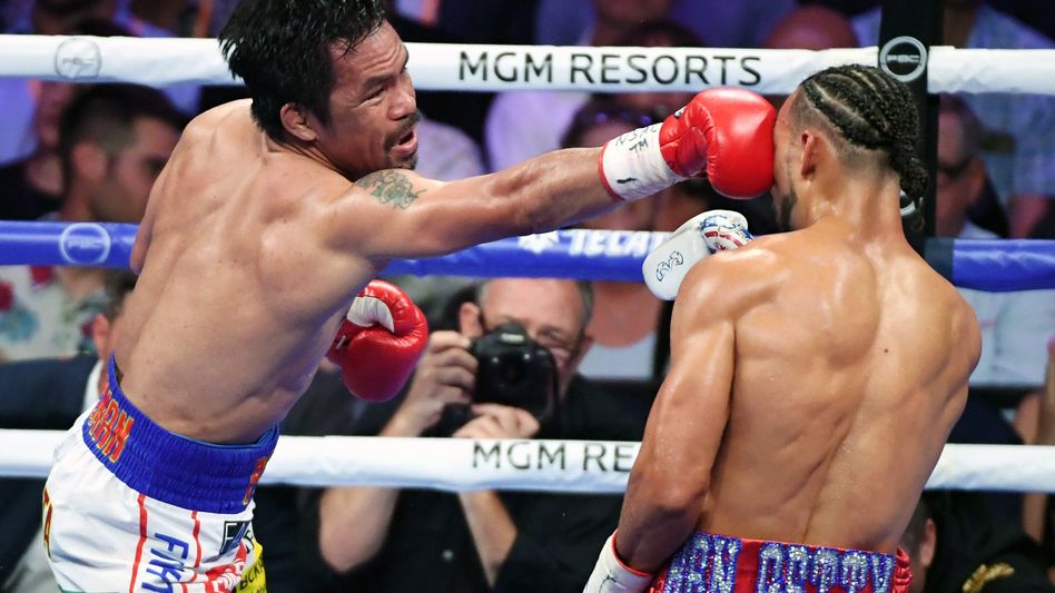 Manny Pacquiao (l.) trifft Keith Thurman aus den USA am Kopf