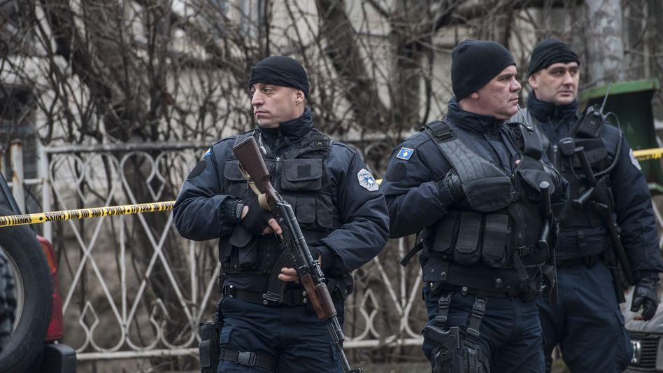 Polizisten sichern den Tatort