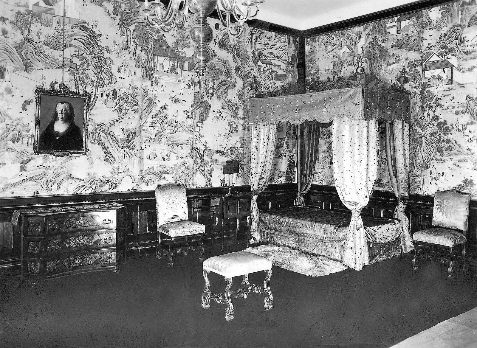 Bett der Kaiserin Maria Theresia in der Wiener Hofburg, 1930