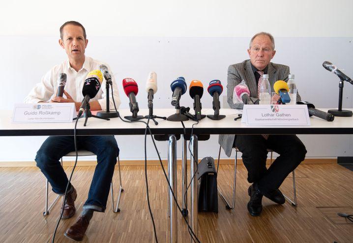 """""""Schlaflose Nächte"""": Guido Roßkamp, Leiter der Mordkommission, und Lothar Gathen, Sprecher der Staatsanwaltschaft Mönchengladbach bei einer Pressekonferenz"""