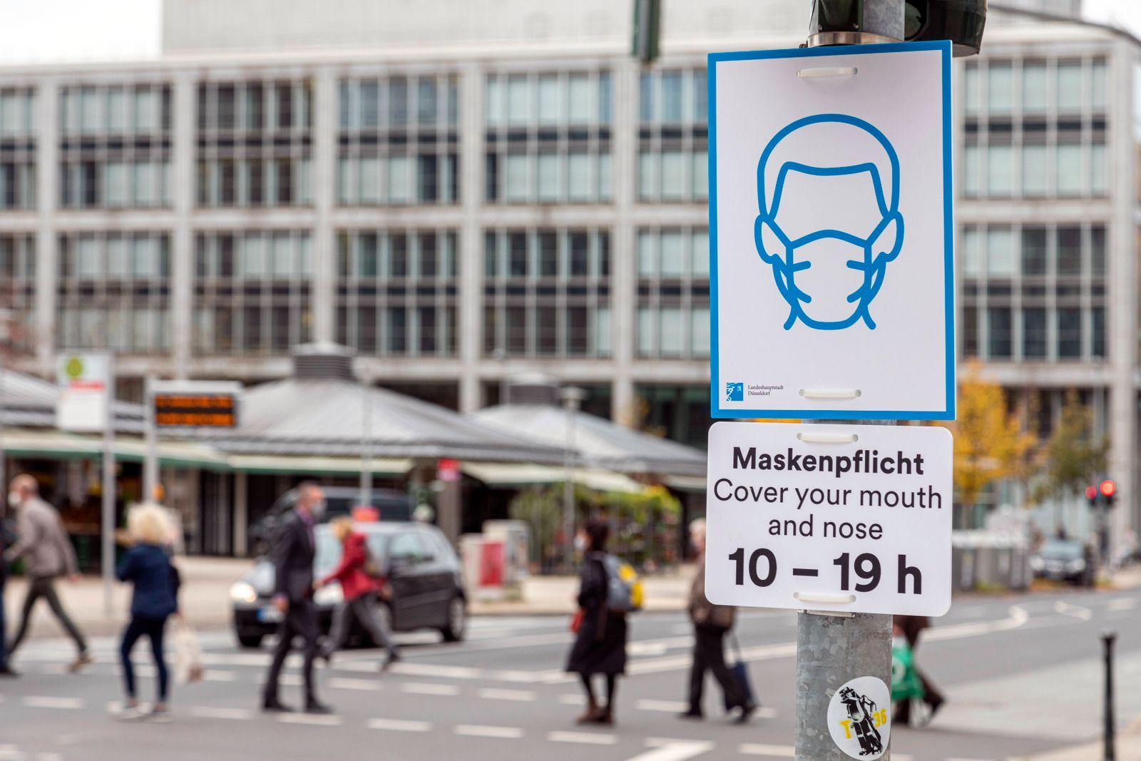 Maskenpflicht von 10-19 Uhr in verschiedenen Bereichen von Düsseldorf, hier in Unterbilk am Kirchplatz *** compulsory ma