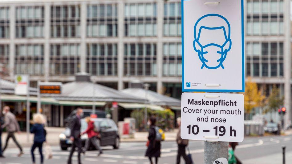 Maskenpflicht am Düsseldorfer Kirchplatz