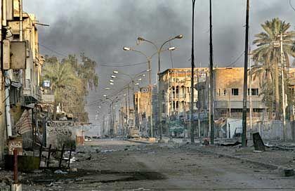 Zerstörter Straßenzug im Westen von Falludscha: Kämpfe dauern an