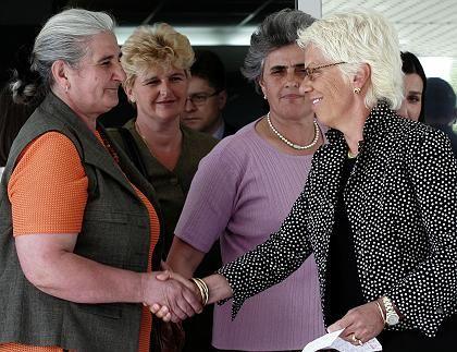 """Del Ponte (r.) mit Müttern von Opfern des Massakers von Srebrenica: """"Unbeugsame Anklägerin"""""""