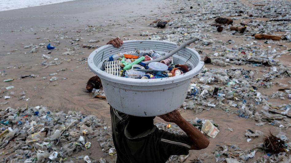 Strand in Indonesien mit angeschwemmtem Plastikmüll