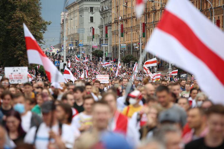 """""""Es lebe Belarus"""", riefen die Demonstrierenden am Sonntag in Minsk"""