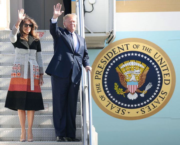 Donald und Melania auf dem US-Militärstützpunkt Yokota
