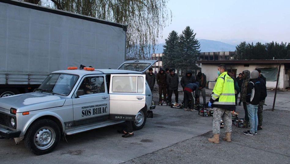 """Helfer von """"SOS Bihać"""" verteilen Lebensmittel an Geflüchtete: Tausende Menschen harren in leerstehenden Gebäuden ohne fließendes Wasser und Strom aus"""