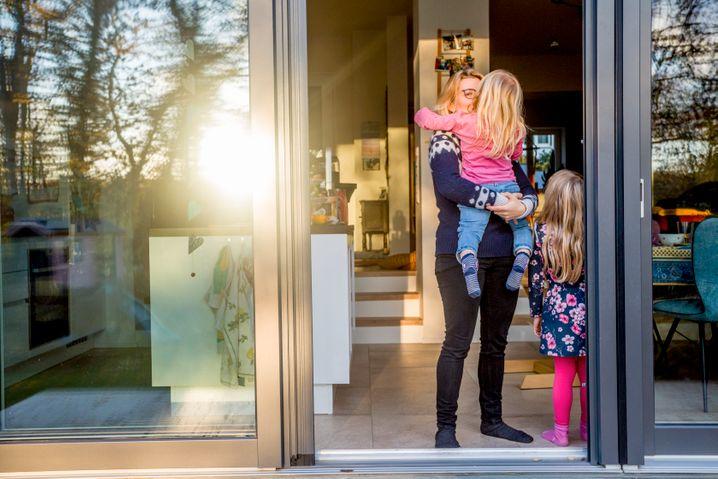 Ina Salewski mit ihren Kindern: »Lasst uns doch überlegen, wie es wäre, wenn jemand aus einem anderen Land bei uns einzieht«