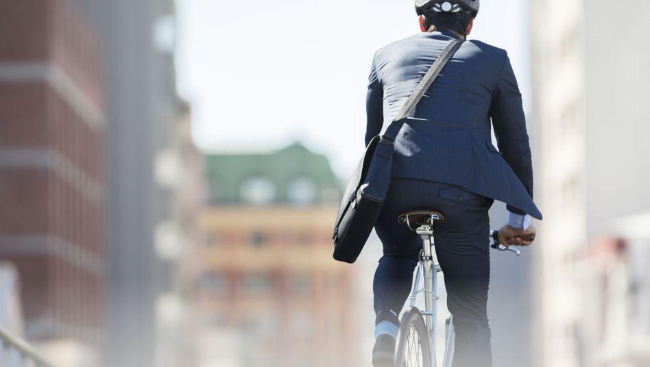 Radelnd ins Büro: Bewegung ist gut für die Gesundheit, da sind sich Experten einig