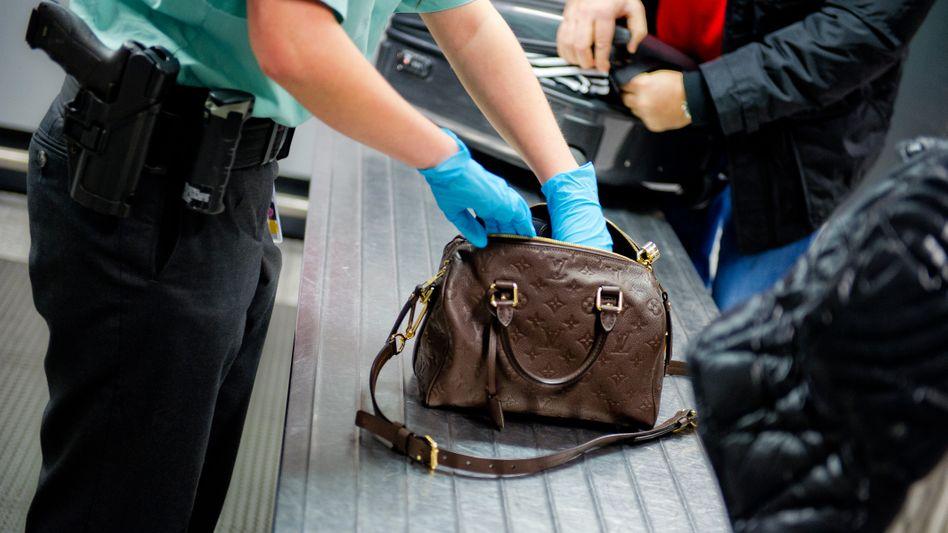 Gepäckkontrolle im Flughafen von Frankfurt am Main (Symbolbild)