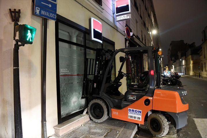 Gabelstapler zerstört die Scheibe einer Bankfiliale