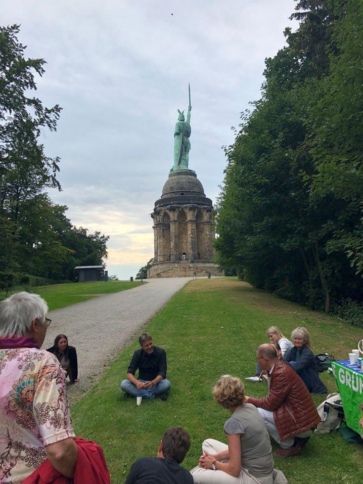 Habeck mit Grünen vor dem Herrmannsdenkmal