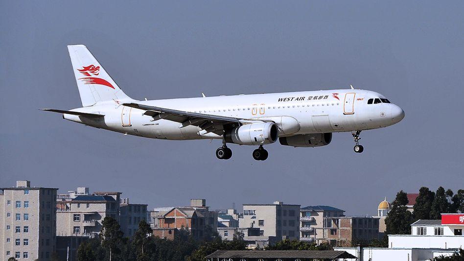 Airbus der China West Air über dem Flughafen von Fuzhou im Südosten Chinas