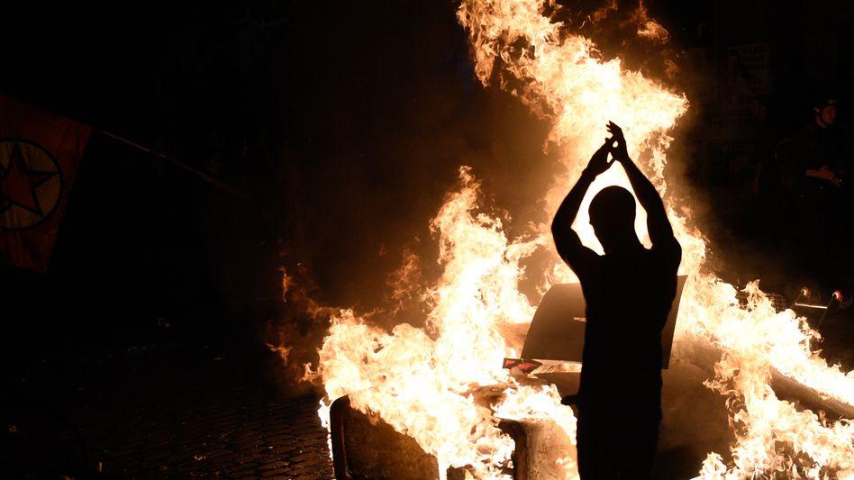 Brennende Barrikade im Schanzenviertel