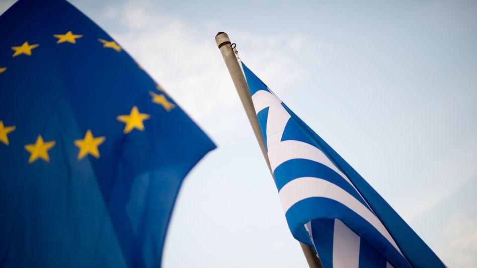 """Eine griechische Flagge und die der EU in Athen: """"Den Griechen fehlt die ökonomische Kraft"""""""