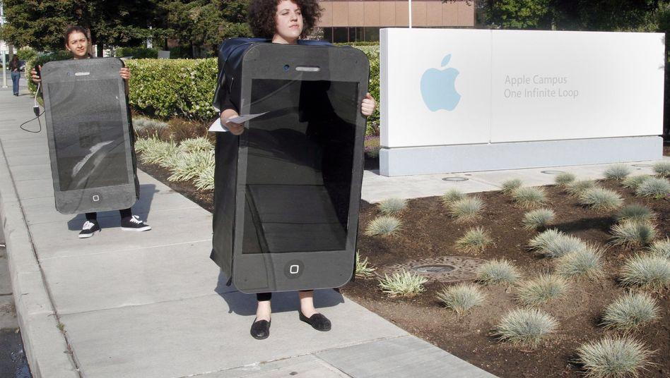 Greenpeace-Aktivisten als iPhones verkleidet (Mai 2012): Retina-Geräte sind schwer zu recylen