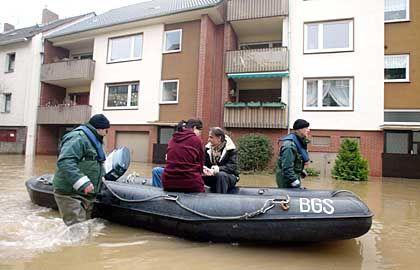 Nur noch mit dem Boot des Bundesgrenzschutzes konnten die Bewohner von Bonn-Beuel ihre umfluteten Häuser verlassen
