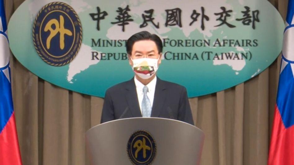 Taiwans Außenminister Joseph Wu spricht während der Pressekonferenz zur Eröffnung einer Vertretung in Litauen –mit dem Namen »Taiwan«