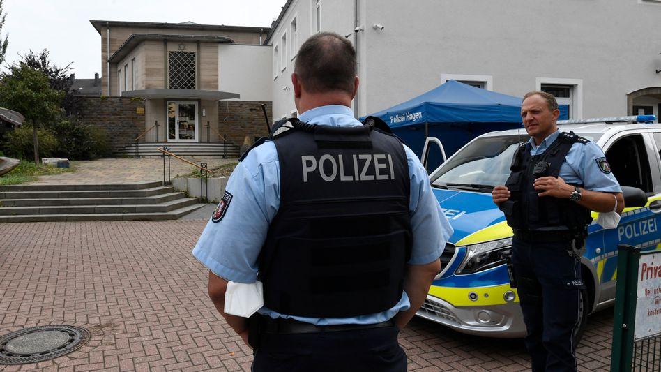 Polizisten vor der Synagoge in Hagen: Verteidiger wartet noch auf Akteneinsicht