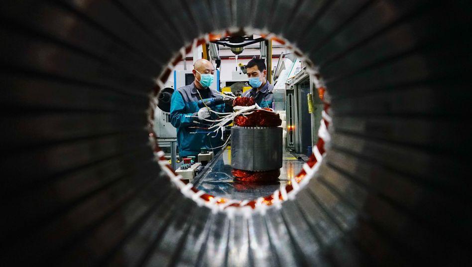 Zurück an die Arbeit: Mitarbeiter eines chinesischen Unternehmens