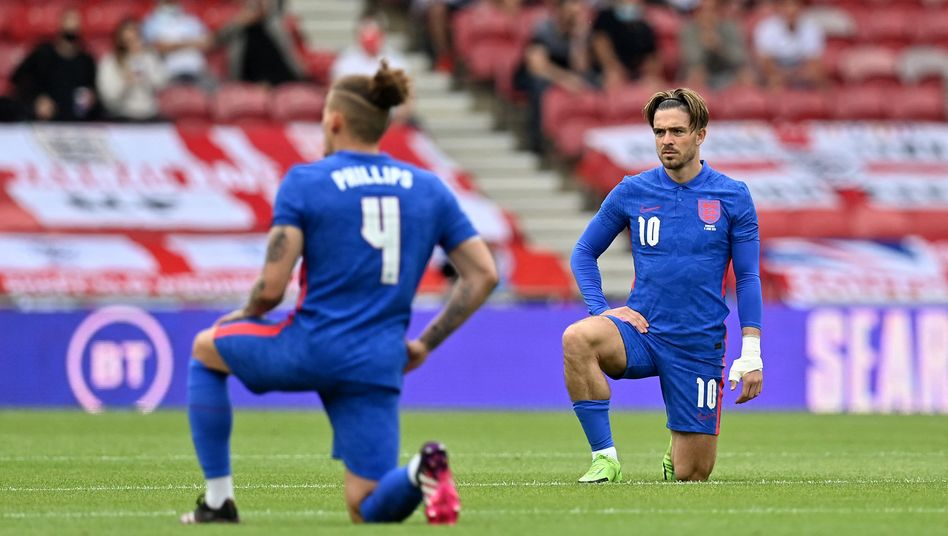 Bei dem Testspiel gegen Rumänien am Sonntag gingen englische Spieler wie Jack Grealish und Declan Rice auf die Knie, um ein Zeichen gegen Rassismus zu setzen. Teile der eigenen Fans buhten