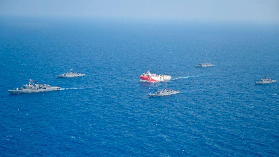Türkisches Forschungsschiff »Oruc Reis« fährt in Begleitung türkischer Kriegsschiffe über das Mittelmeer (im August)