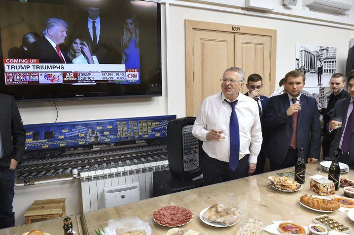 Wladimir Schirinowski mit Anhängern