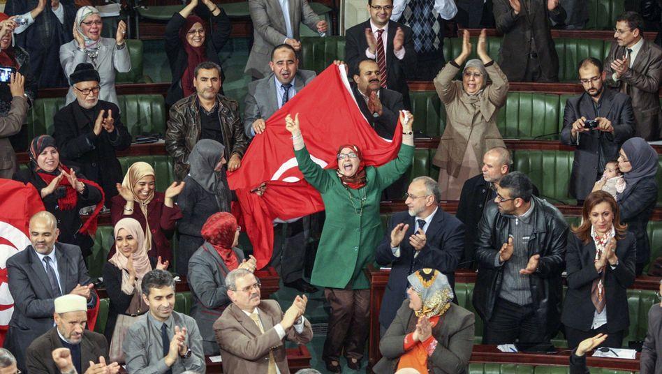 Euphorie im Parlament: Tunesische Abgeordnete bejubeln die neue Verfassung