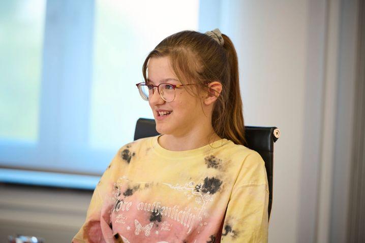 Kinderreporterin Carlotta, 12, aus Berlin, liest gern Fan-Fiction von Harry Potter, interessiert sich für Politik und rudert – genau wie Olaf Scholz. Am liebsten fährt sie Einer oder Zweier. Später würde sie gern Journalistin werden.