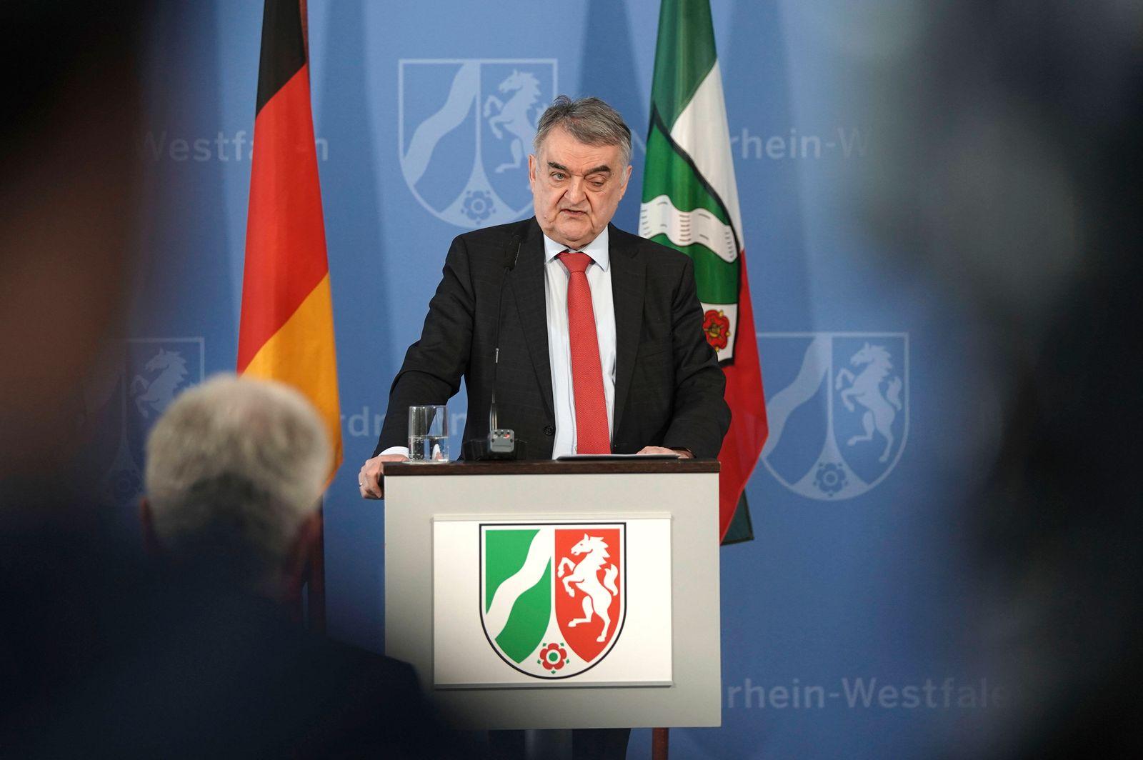 Herbert Reul bei einer Pressekonferenz zur aktuellen Lage bei der NRW Soforthilfe in der Staatskanzlei. Düsseldorf, 14.