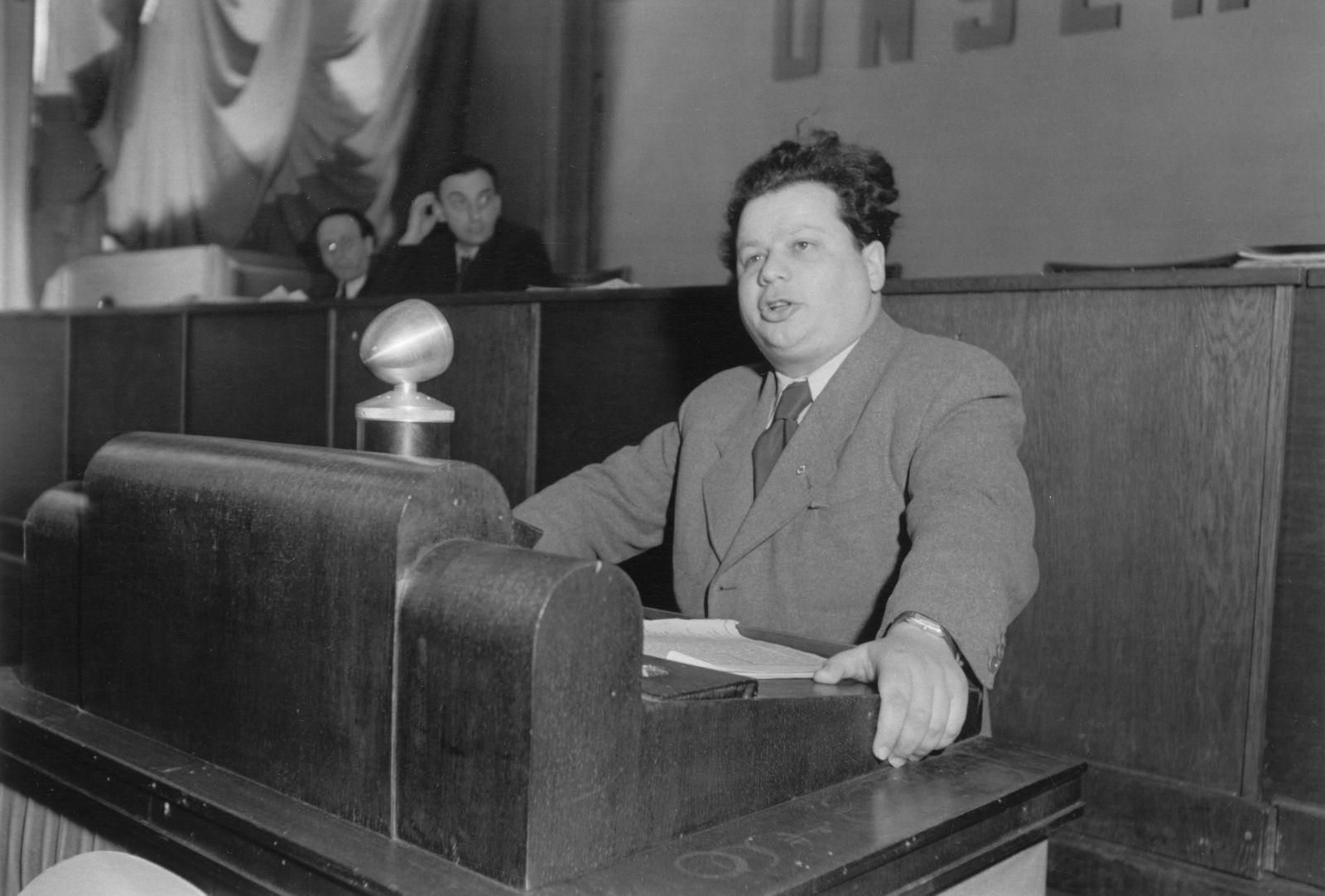 Hermann Axen, Mitglied des Zentralkomitees der SED, auf einer Pressekonferenz der SED