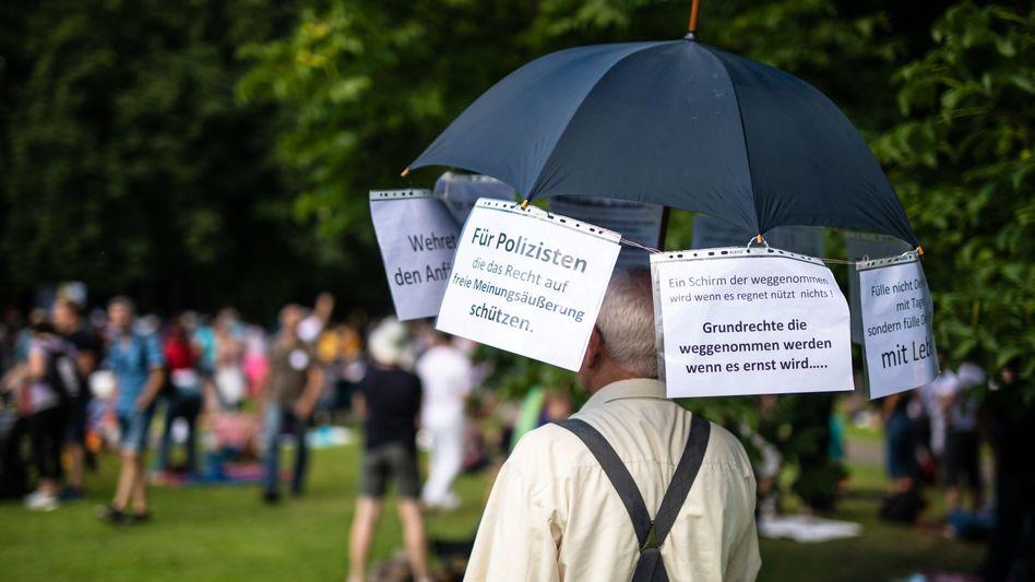 """Protestkundgebung der Initiative """"Querdenken 711"""" in Stuttgart im Juli 2020"""