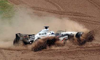 """Endstation Kiesbett: Für David Coulthard war der Ausflug nach Barcelona nicht von Glück begleitet. Bereits in der 18. Runde musste der Schotte seinen """"Silberpfeil"""" abstellen"""