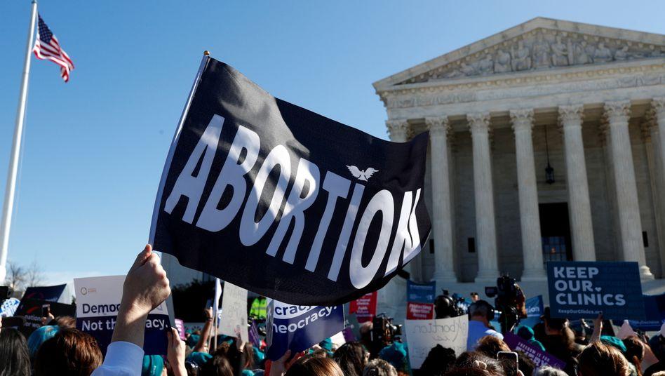 Befürworter einer liberaleren Abtreibungspolitik vor dem Supreme Court in Washington, D.C. (Archivbild)