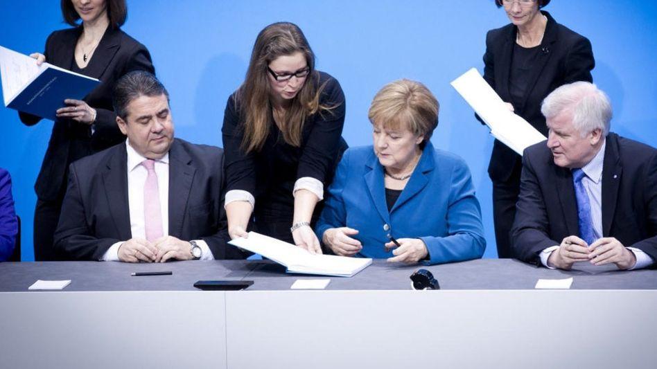Sigmar Gabriel (SPD), Angela Merkel (CDU), Horst Seehofer (CSU) bei Unterzeichnung des Koalitionsvertrags