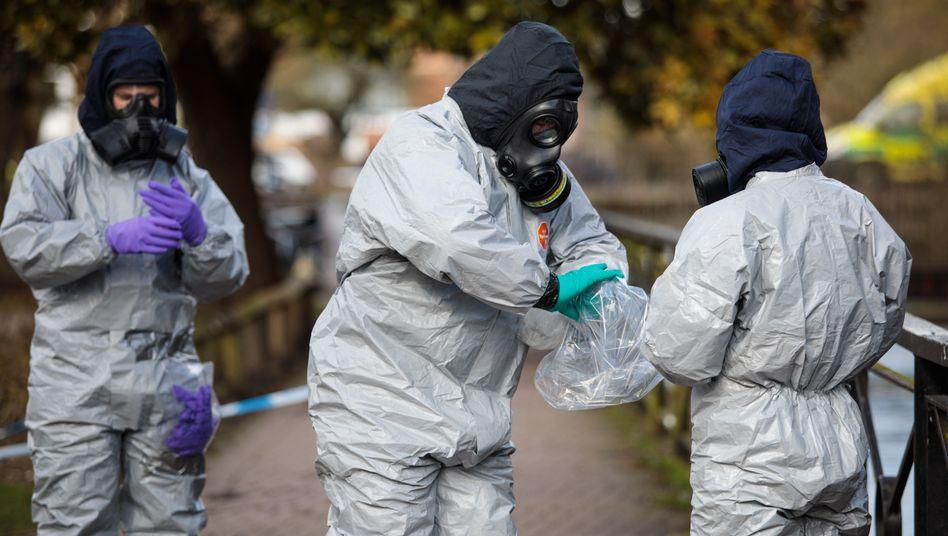 Britische Ermittler am Fundort Skripals in Salisbury