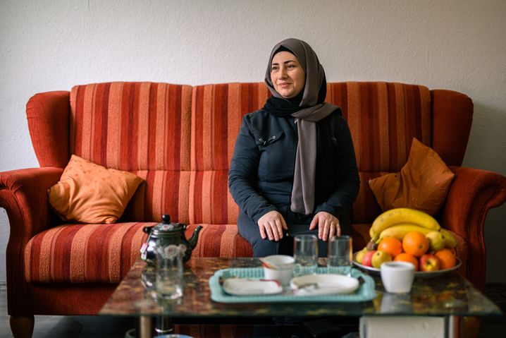 """Amal Alburs, housewife: """"Every time we talk on WhatsApp, my little one asks me when I'm finally going to bring her to me."""""""