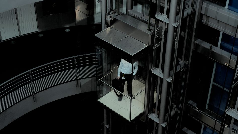 Ein Mann auf dem Weg zu einem Büro in der Firmenzentrale von SAP in Walldorf