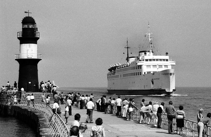 Auf der Mole in Warnemünde beobachteten DDR-Bürger in den Achtzigerjahren das Einlaufen der Fähre aus Gedser. An Bord durften sie nicht.