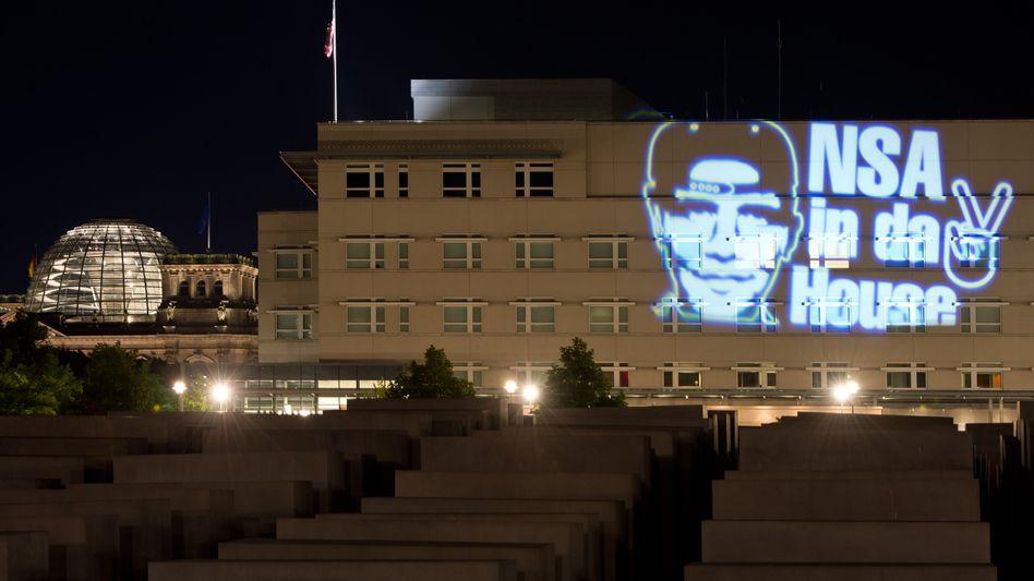 """Der Schriftzug """"NSA in da House"""" und das stilisierte Victory-Zeichen auf der Fassade der US-Botschaft in Berlin."""