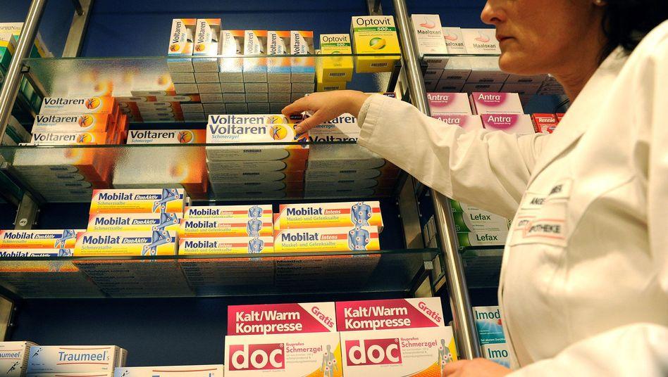 Apothekerin mit Arzneimitteln: Krankenkassen rechnen mit höheren Ausgaben