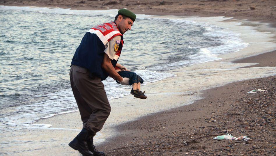 Polizist mit dem toten Jungen: Der Mann trägt das Kind vom Strand