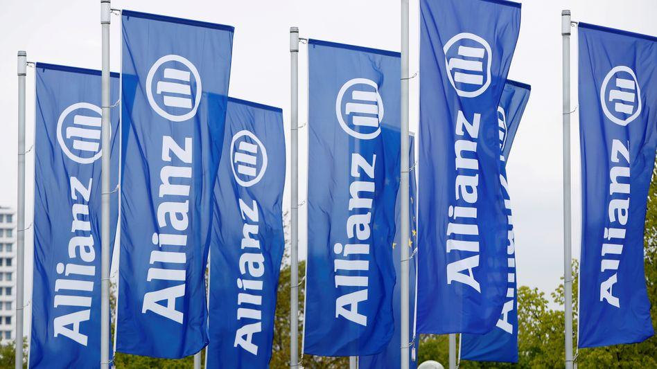 Allianz-Fahnen in München (Archivbild): Schwer verdiente Renten aufs Spiel gesetzt?
