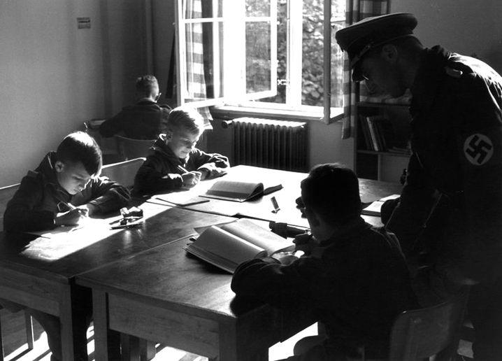 In den Nationalpolitischen Lehranstalten (Napola) sollte die zukünftige nationalsozialistische Elite erzogen werden. Hier ist die Anstalt in Schulpforta bei Naumburg zu sehen