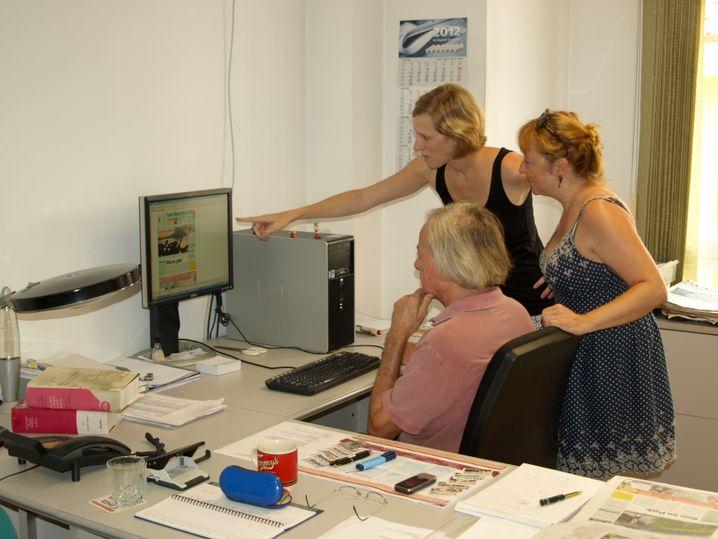 """Liebelt plant mit Anne Götzinger und Susanne Eckert (rechts) die nächste """"CBN""""-Ausgabe"""