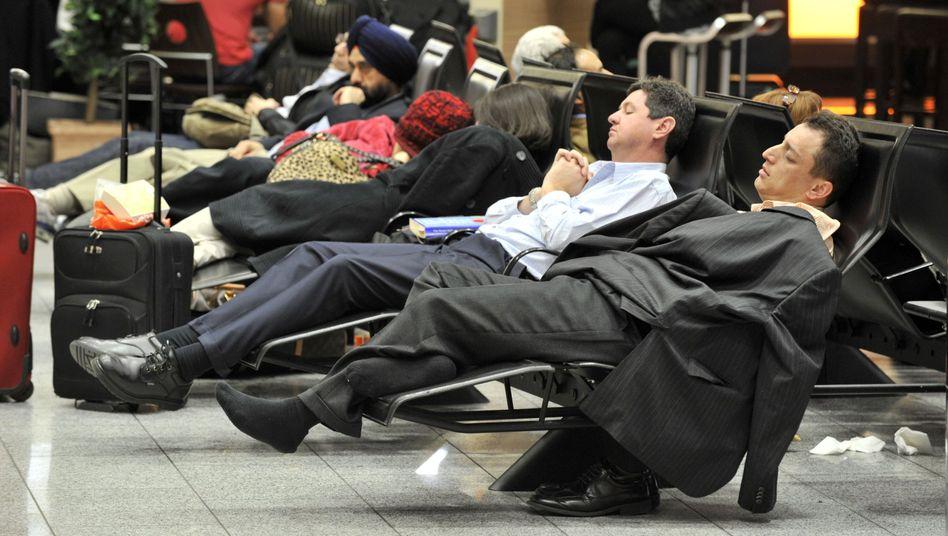 Wartende Passagiere in Frankfurt: Schlechte Aussichten für Samstag