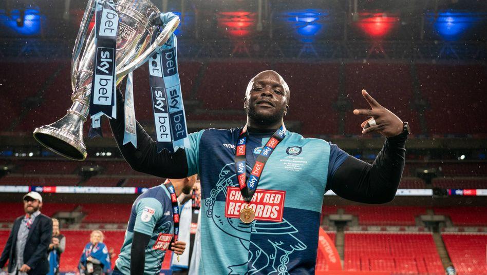Adebayo Akinfenwa mit dem Pokal, später gab's noch einen Anruf