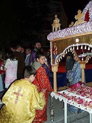 Der geschmückte Epitafios wird zum Hauptplatz von Kalambaka getragen